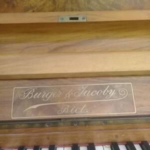 Sousse-loisirs_et_jeux-piano-antique-en-bonne-état