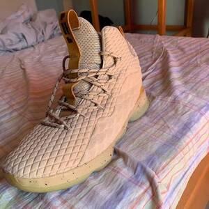 Sousse-mode_et_beaute-Lebron-james-shoes-en-bon-état